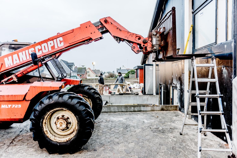 Cleaning-the-new-facade-panels_Ørhagevej-84.jpg