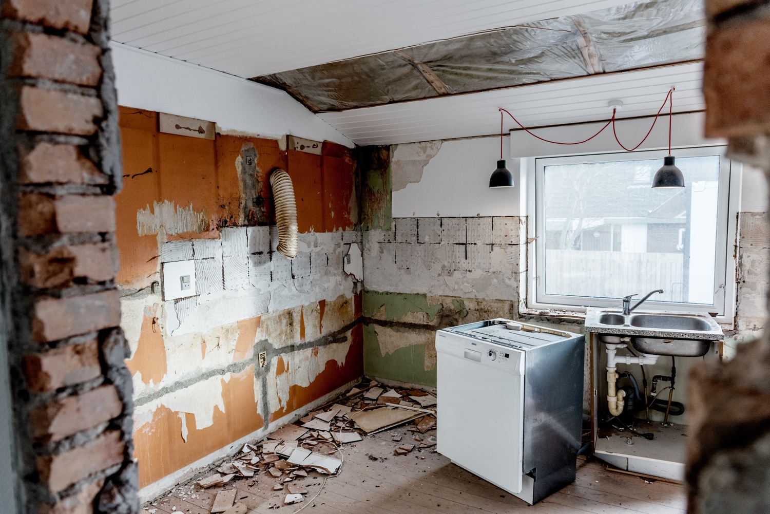 Stripping-the-old-kitchen_Ørhagevej-84.jpg