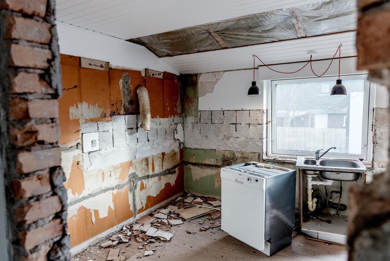 Stripping-the-old-kitchen_Ørhagevej-84.jpg