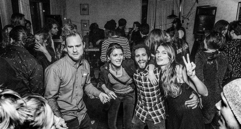 Det eneste billede, der blev til noget. Fra venstre: David, Tina, Victor og  Søs + en masse andre - og yep, det ér Louise med mikrofonen i baggrunden,og så er der næsen i nederste venstre hjørne: Benthe Boesen (ingen julefest uden et billede af smukke Benthe).