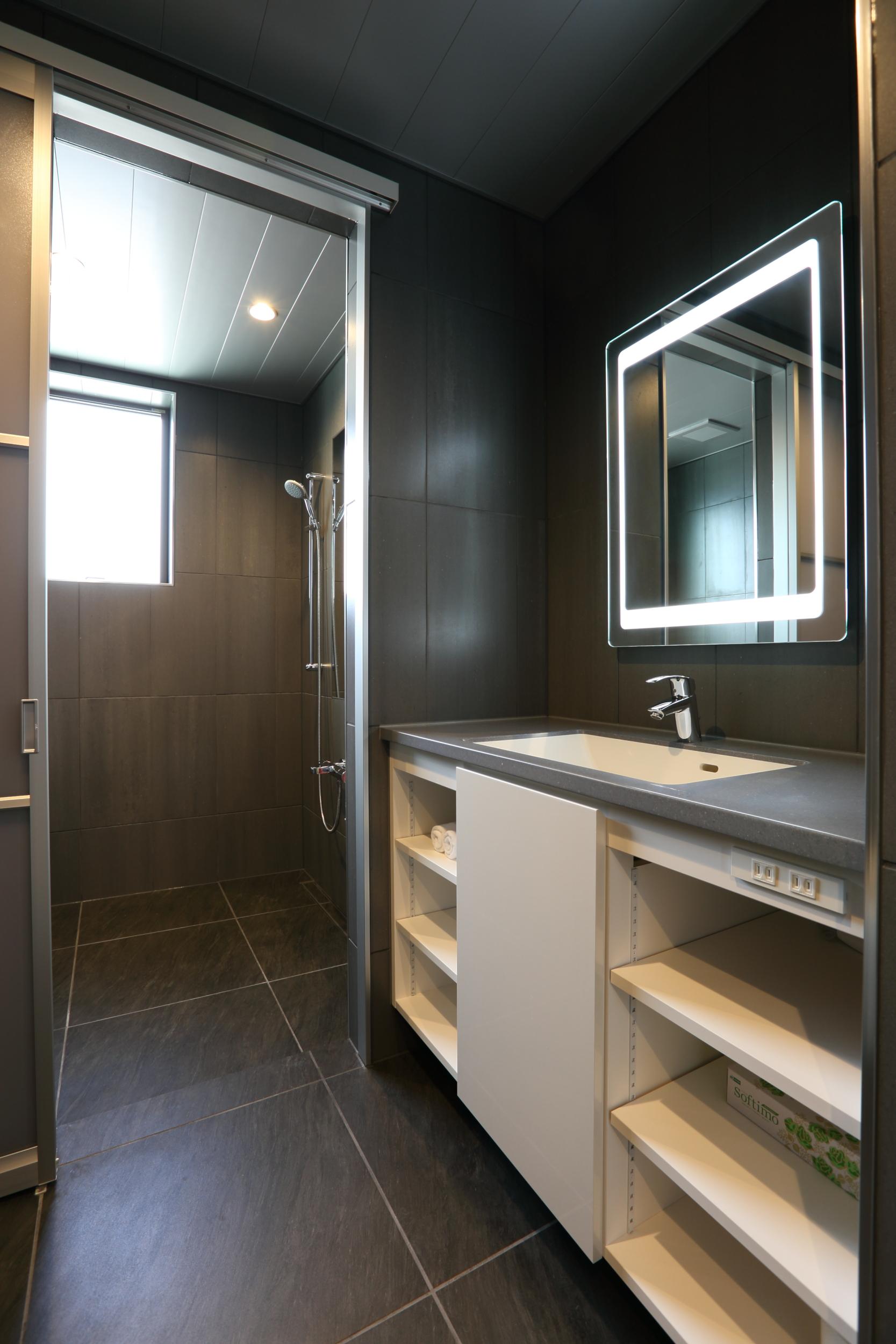 bluebird apartments bathroom.jpg