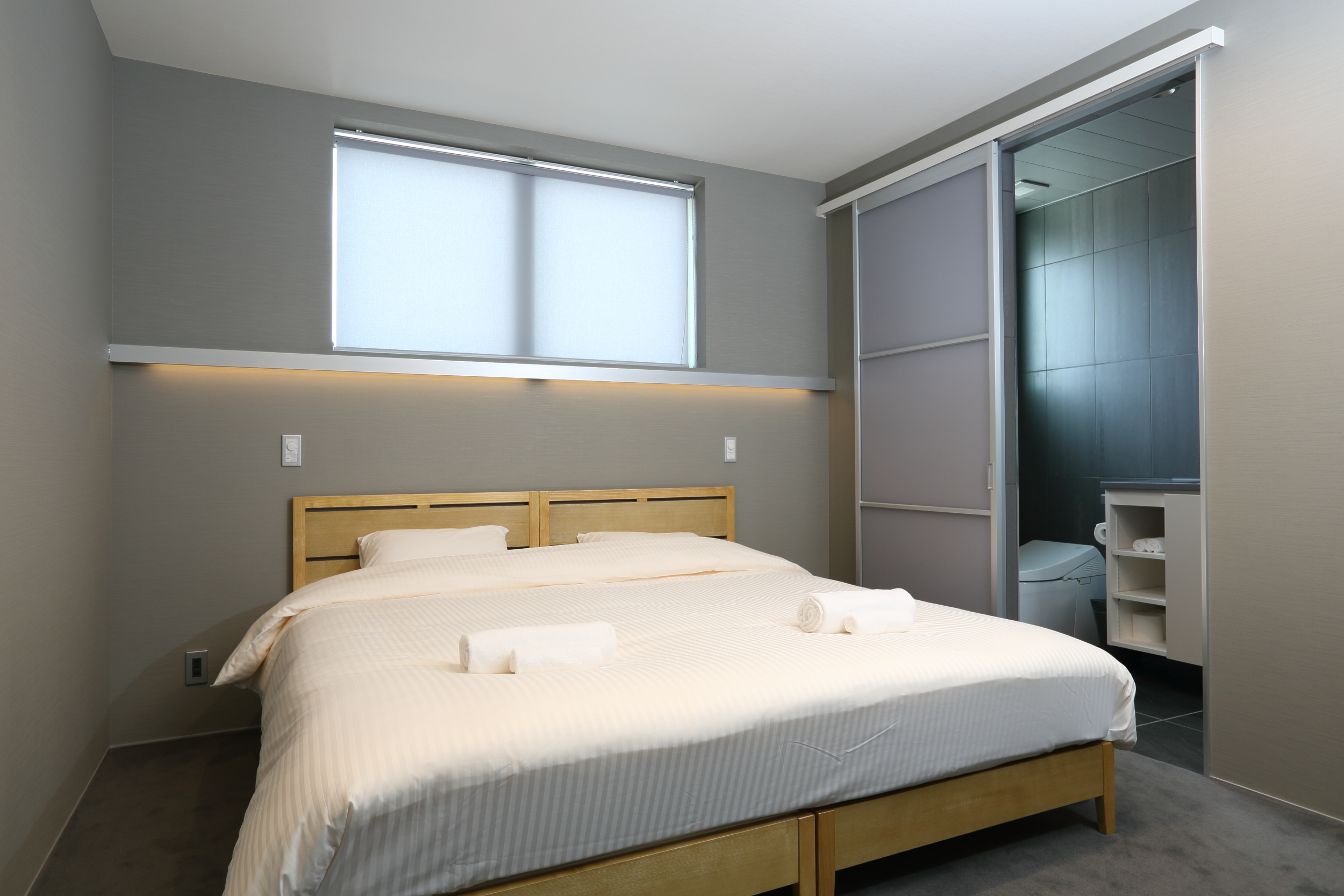 bluebird apartments king bed.jpg