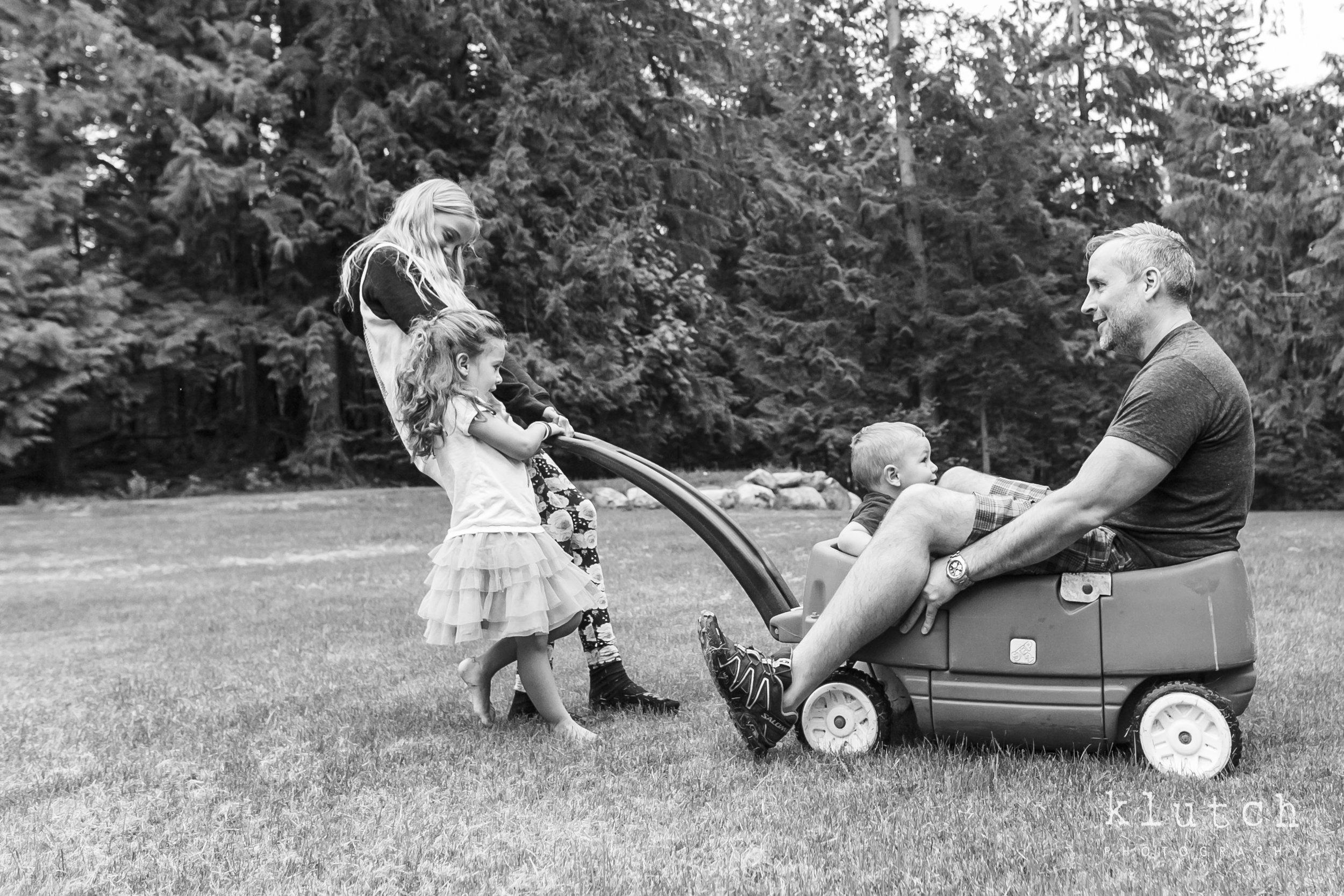 kids pushing dad in a cart-0461.jpg