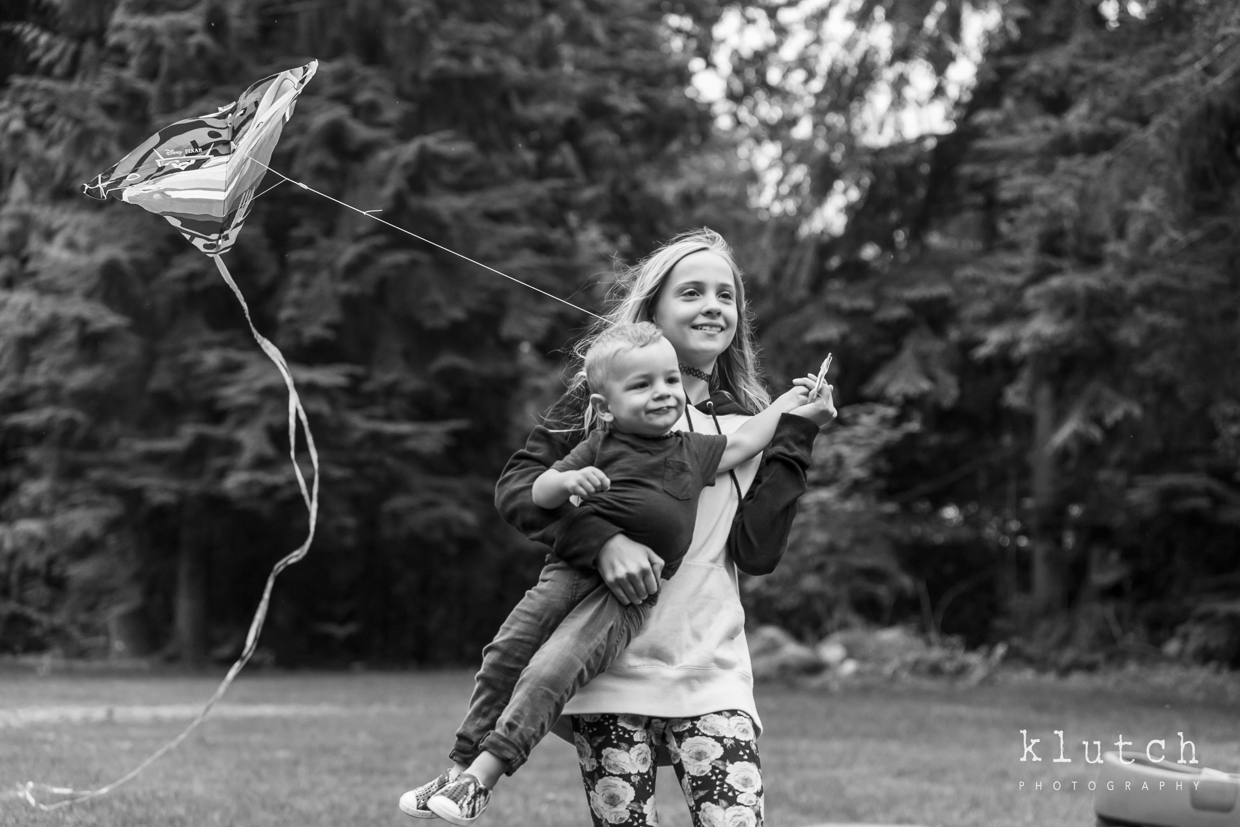 Surrey Family Photographer. Vancouver family photographer, klutch Photography, documentary photography, Vancouver documentary photographer, candid photography, lifestyle photographer, a day in the life session, family photography, Vancouver Photographer, Surrey Family Photographer, White Rock family Photographer, Dina Ferreira Stoddard, kids flying a kite together-4279.jpg