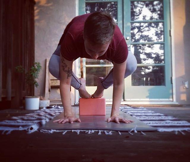 Day 7 is an arm balance! This is my warm up for crow. It's been very helpful to be capturing myself in these poses because I can reflect on my form :) . #risetoarc #yogaforcharity #arcfitnessproject . . 💖Hosts:@lifeonamat @renee__garcia @chelmili @allysonseals @gabygabgabs @simonagyoga @yogacorefit @froggykaikkonen . 🎁  Sponsors: @arcfitnessproject @theyogaphotographyjournal @hint . . . ✨#yogachallenge#yogaambassador#yogaforkids#yogaforacause#sfyogi#sfyoga#yogaforall#bayareayoga#bayareayogi