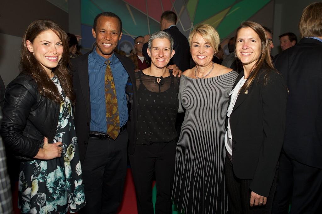 De gauche à droite: Roseline Filion, César Henderson, Evelyne Boisvert, Sylvie Bernier et Isabelle Cloutier.