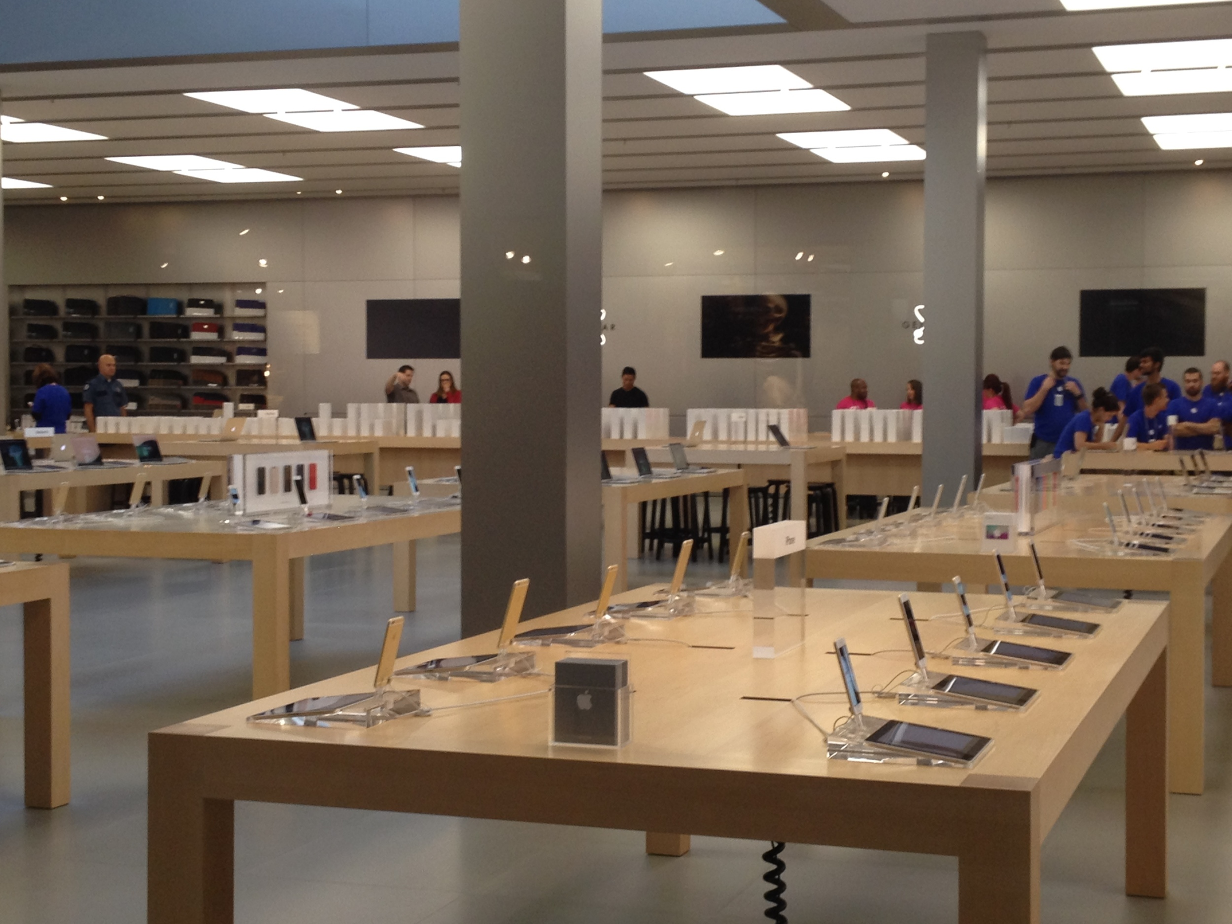 Being one of the largest Apple Stores in the Pacific Northwest (if not the largest), the Bellevue Store location was well-stocked with iPhone 6s for walk-in customers. Even with hundreds in line, those at the end were reassured by employees that they would get an iPhone.