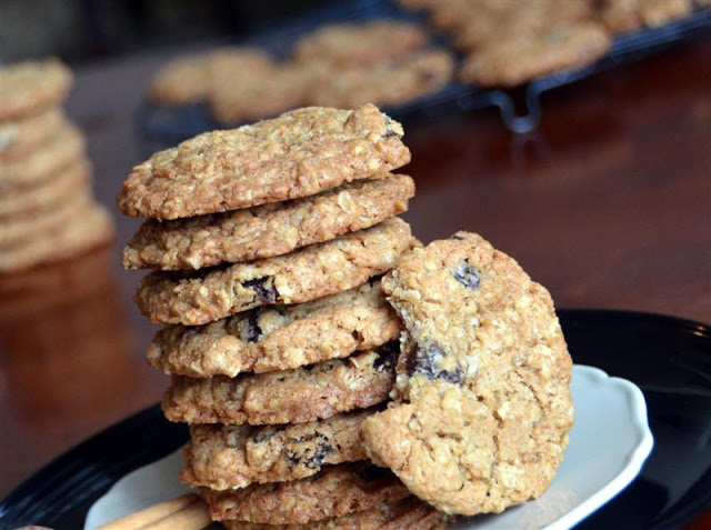 oatmeal and raisin cookies - butteryum.  oatmeal raisin cookie recipe.