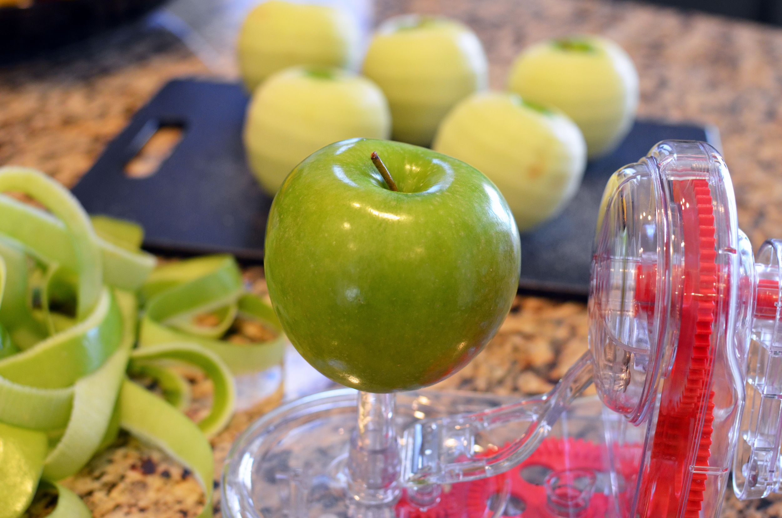 Place an apple on the gadget and turn the hand crank.
