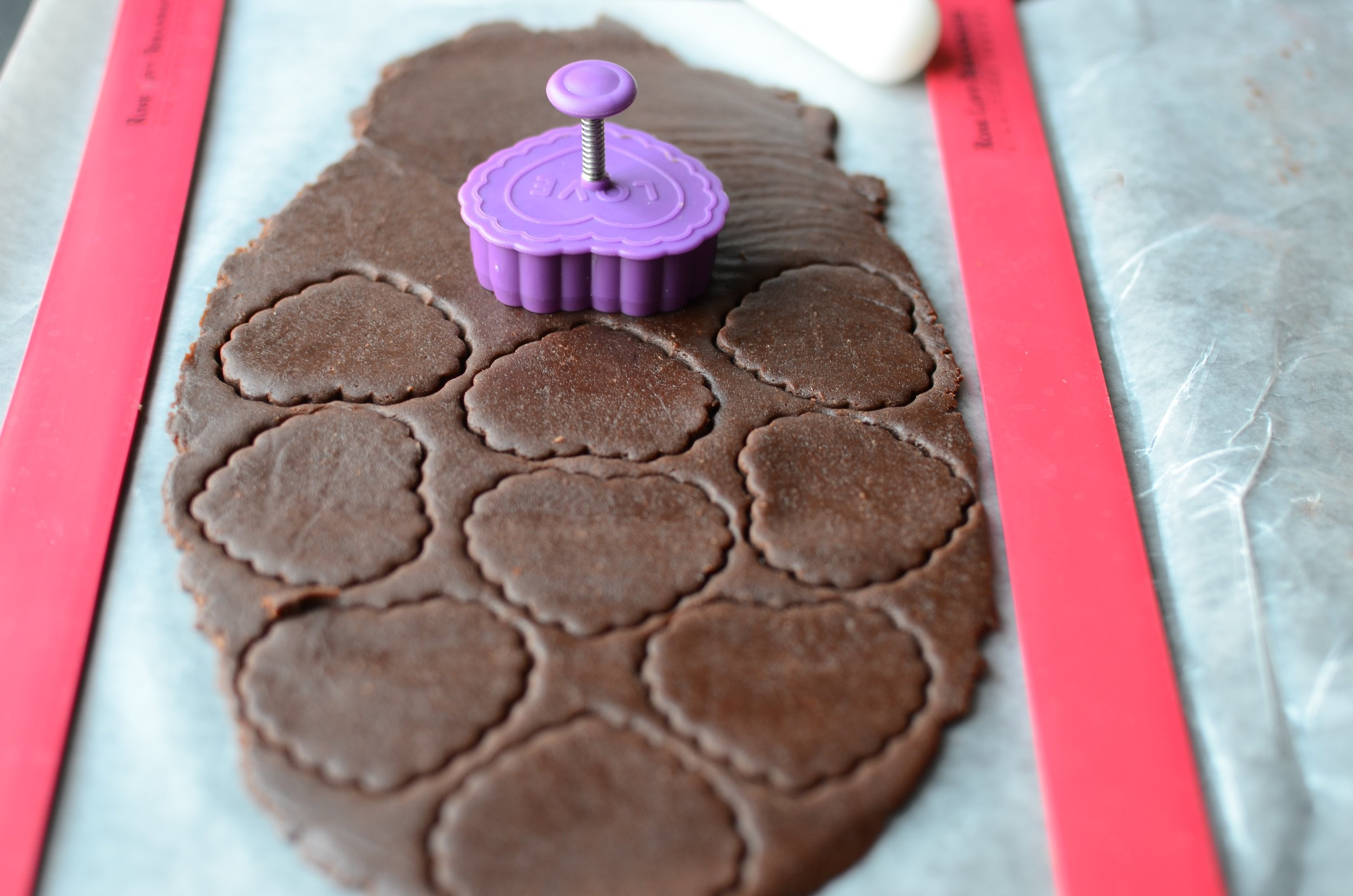 Check out this clever way to use fondant plunger cutters.