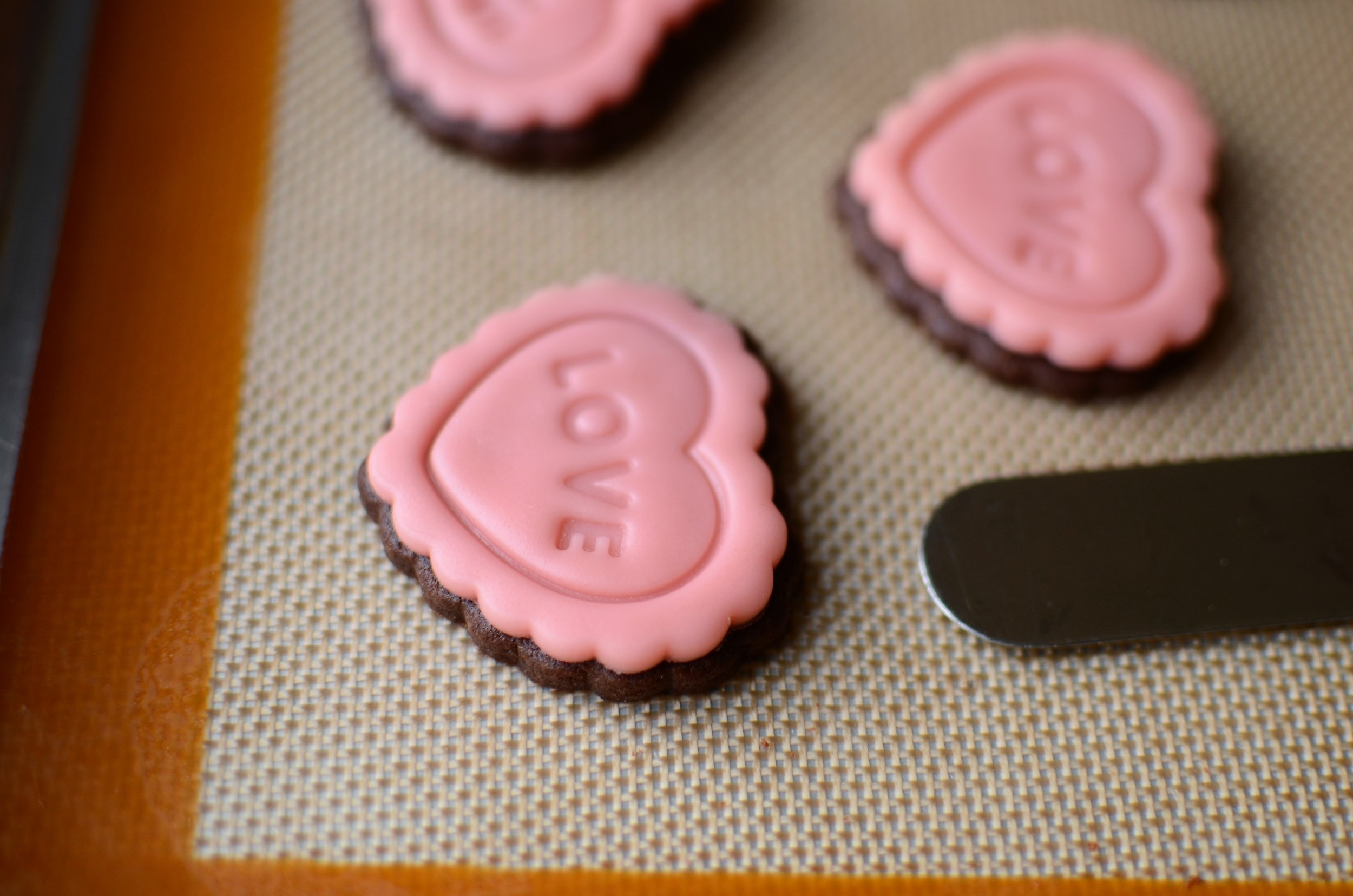 Cookie Decorating Hack for any holiday or occasion, with recipe and photos. Valentine's Day Cookies, Easter Cookies, Baby Shower Cookies, Christmas Cookies, Halloween Cookies, Fall / Thanksgiving Cookies.