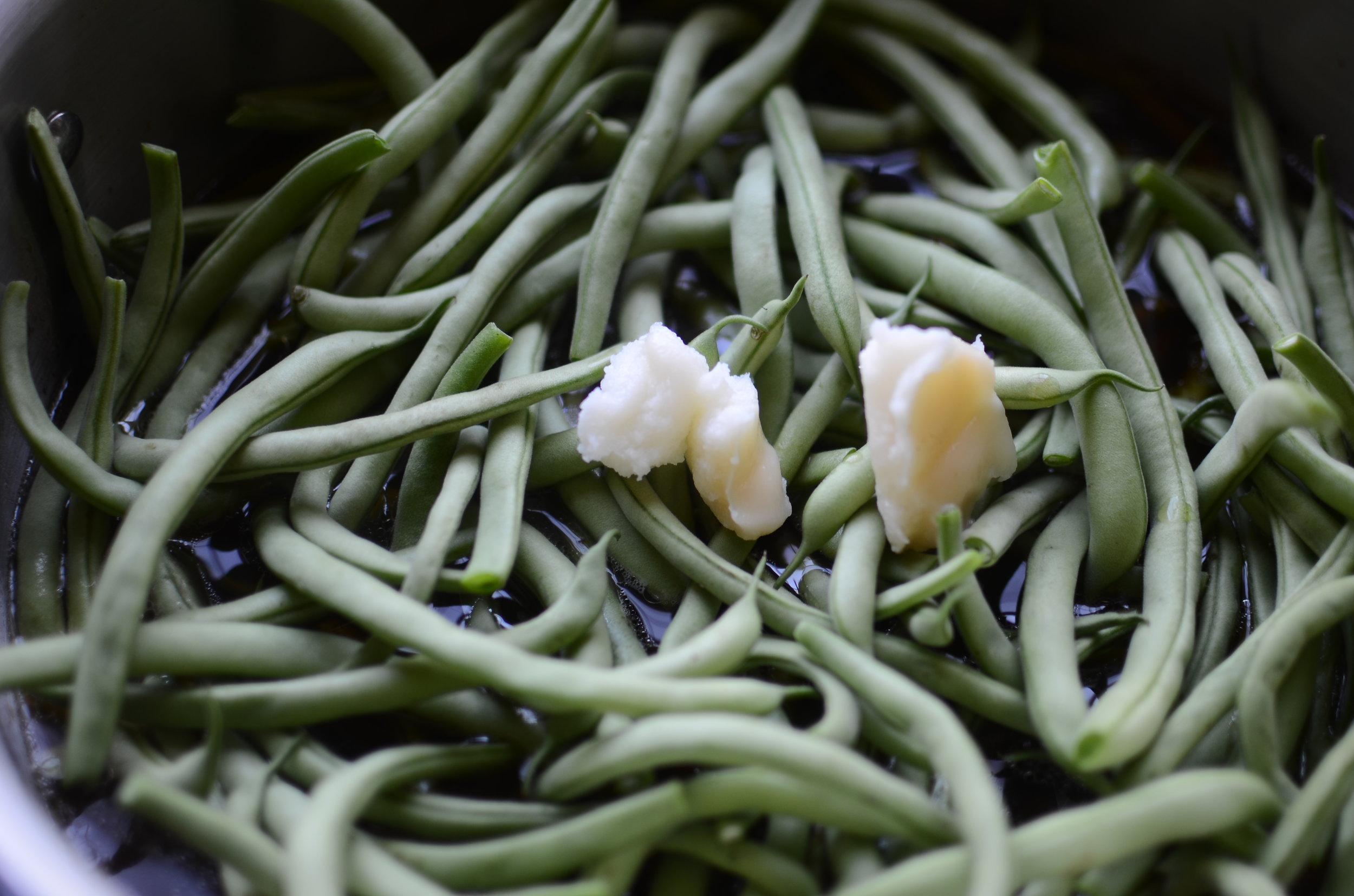 adding-bacon-drippings-to-southern-green-beans-butteryum