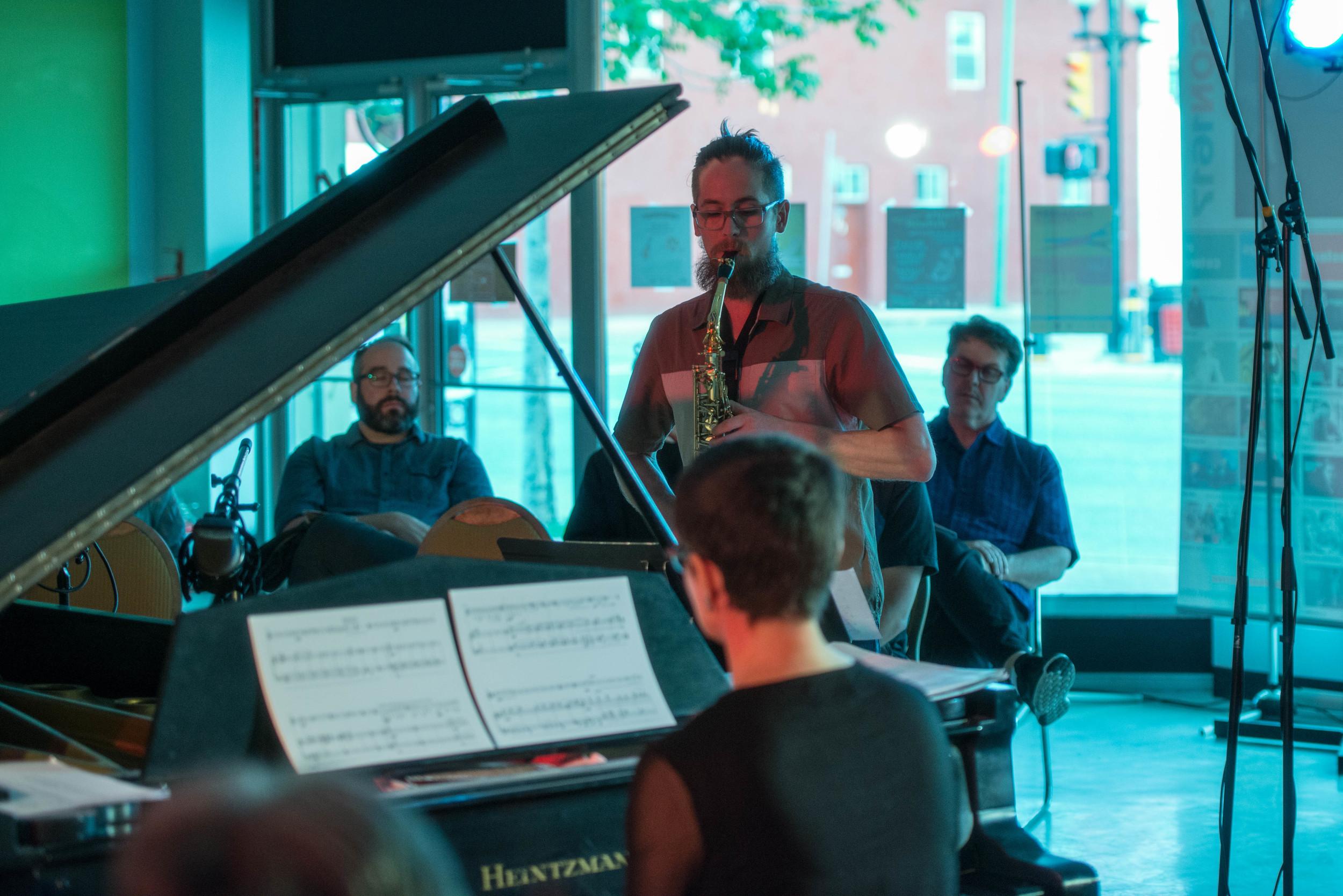 Luciane Cardassi et Tommy Davis au festival de musique Strata (2016) à Saskatoon, Canada.  Losing Home  d'Emilie LeBel