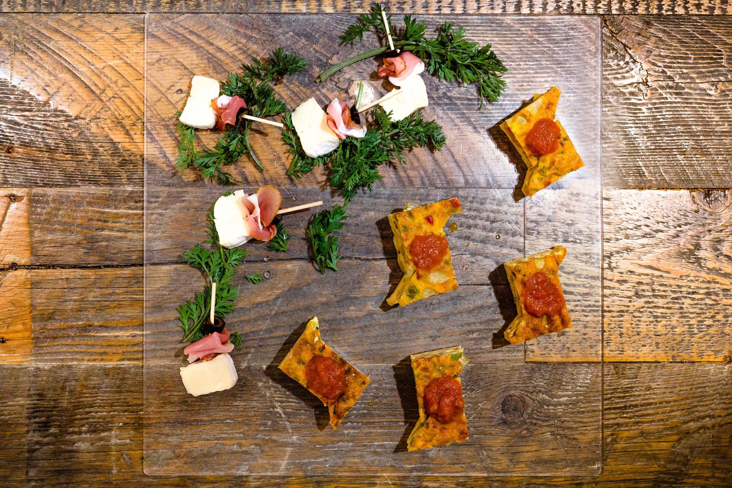 ピンチョスメニュー - 入荷により内容が異なる場合もございますのでオーダー時にご確認ください。ベジタリアン、ビーガン対応可能。プロシュートとオリーブ、チーズサラミとポテト小エビのマリネと季節野菜スパニッシュオムレツスモークサーモンとキュウリのタルティーヌミニトマトのカプレーゼ季節野菜のフリットとドライトマトスパイシーチキンとレモン、ポテト