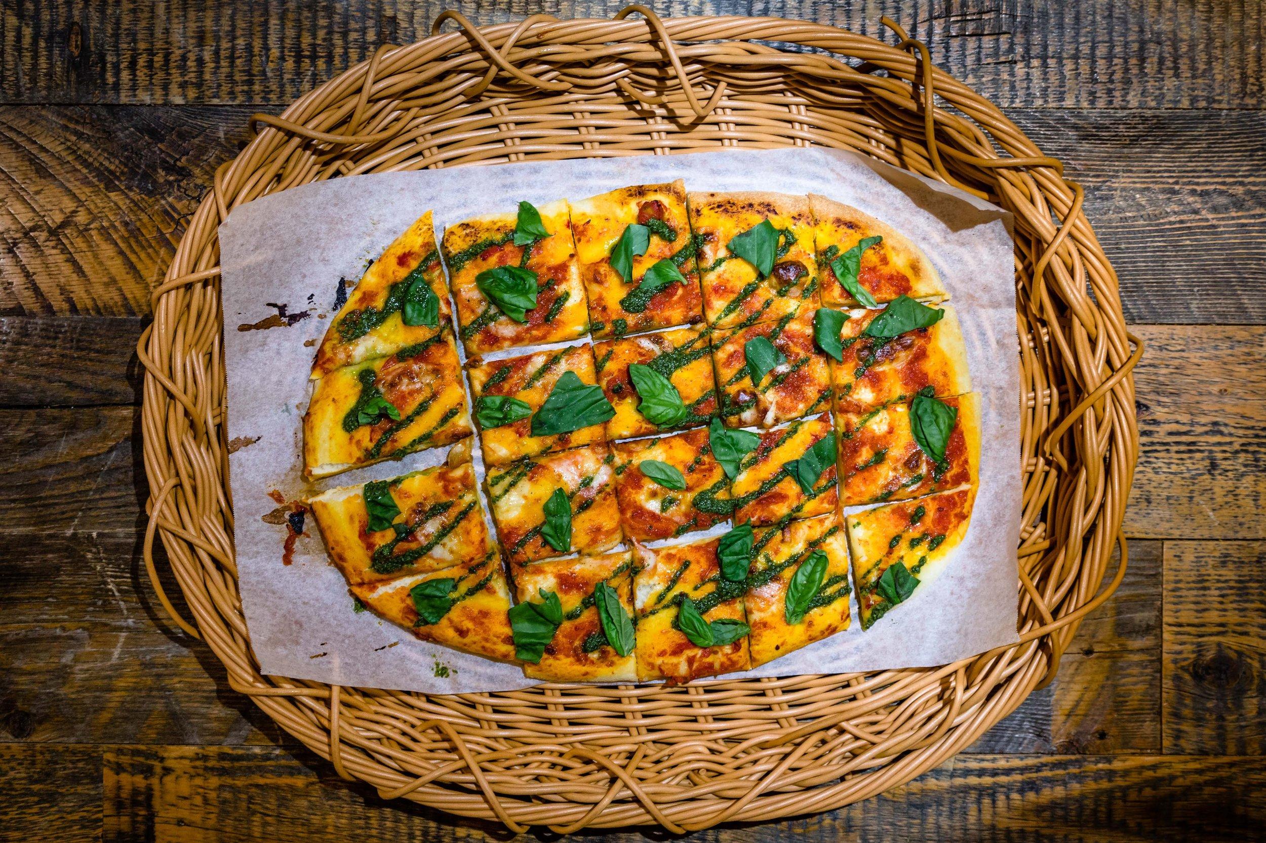 Focaccia Pizza8名様分 ¥2,500 - 生地から自家製のフォカッチャピザです。具材によりベジタリアン対応も可能です。
