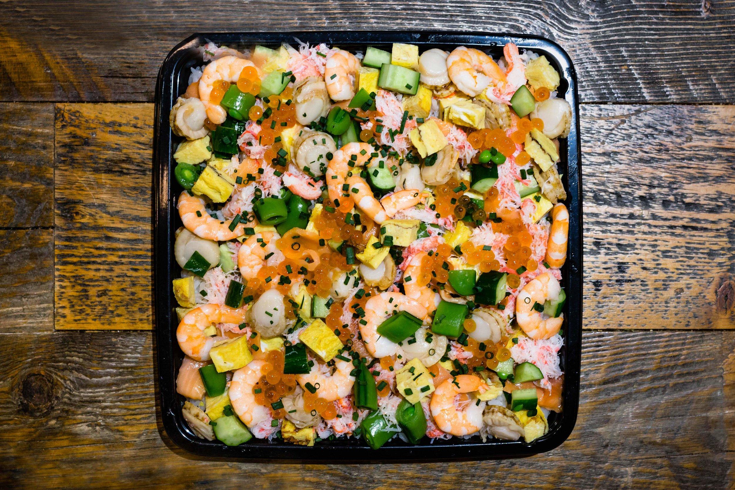 バラちらし寿司5名様分 ¥4,000 - すし飯の量は650gとボリューム満点!彩り豊かに仕上げてあります。テーブルの上を華やかに演出します。