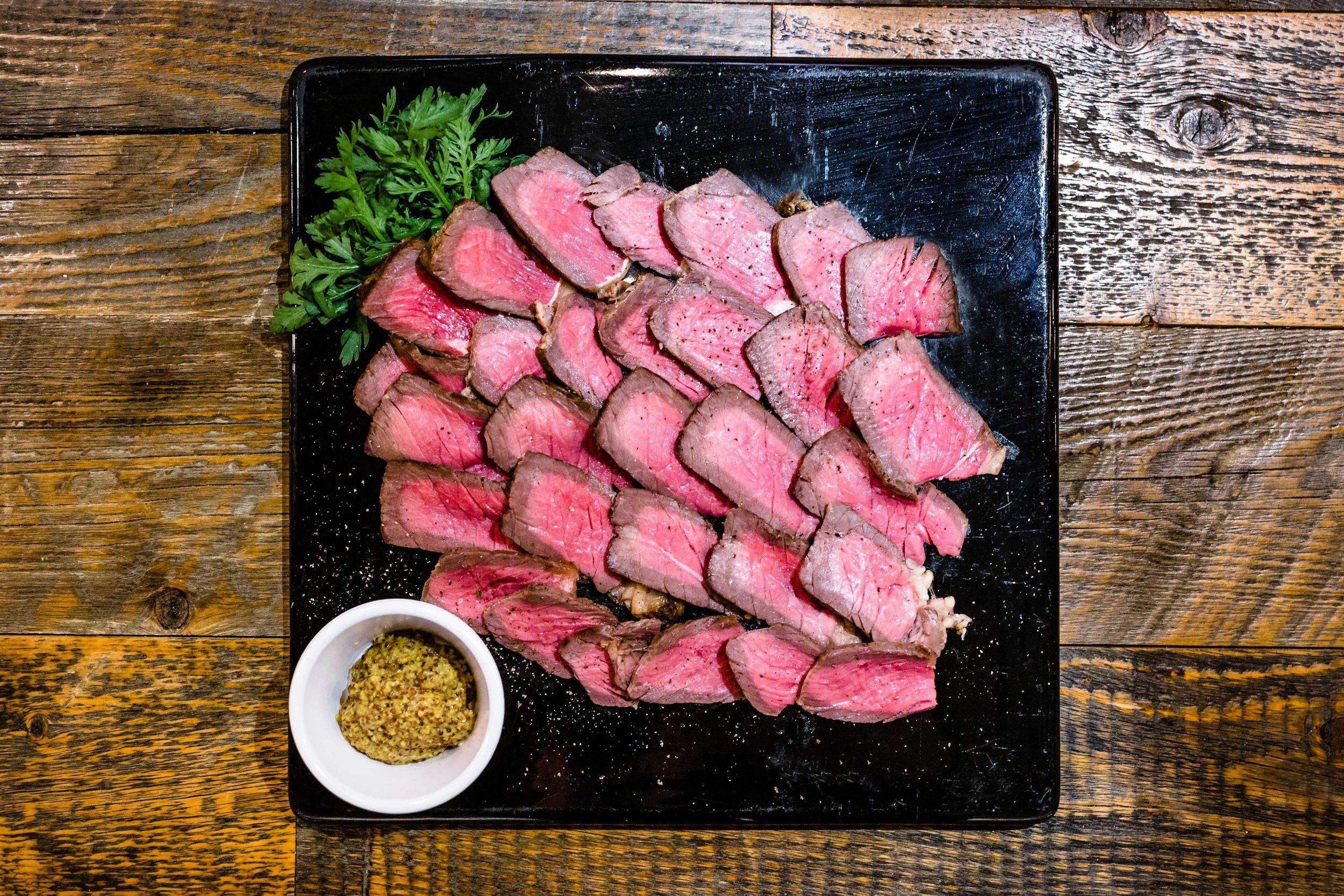 Meat Platters - シンプルに焼き上げた上質なお肉です。野菜やサラダ、フライのプラッターと合わせてパーティはいかがですか?AUS産グラスフェッドビーフのローストビーフ ストレスフリーな牧草飼育の赤身で健康な牛肉です。オーダーは500グラムからできます。粒マスタード付き。1kg ¥5,000円~(スライスが出来ます)国産豚のローストジューシーな国産銘柄豚のロースト、オーダーは500グラムからできます。1kg ¥4,000円~(スライスが出来ます)スパイスとヨーグルトでマリネしたタンドリーチキンa2zのランチでも人気のタンドリーチキン、スパイスとヨーグルトを合わせたオリジナルのタンドリーベースに漬け込んでからじっくり焼き上げました。オーダーは500グラムからできます。1kg ¥3,000~