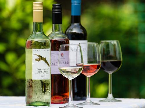 Wijnen   Dende biedt naast haar verse producten een wijnkaart met spannende en betaalbare wijnen. In samenwerking met onze wijnleverancier hebben wij een uitgelezen kaart samengesteld die past bij onze streekproducten. De wijnen zijn zonder tussenhandel direct bij de boeren ingekocht en geselecteerd op hun bijzondere verhaal- en smaakkenmerken. Kom eens langs om te proeven en advies te vragen over de best passende wijnen bij uw lunch of diner!