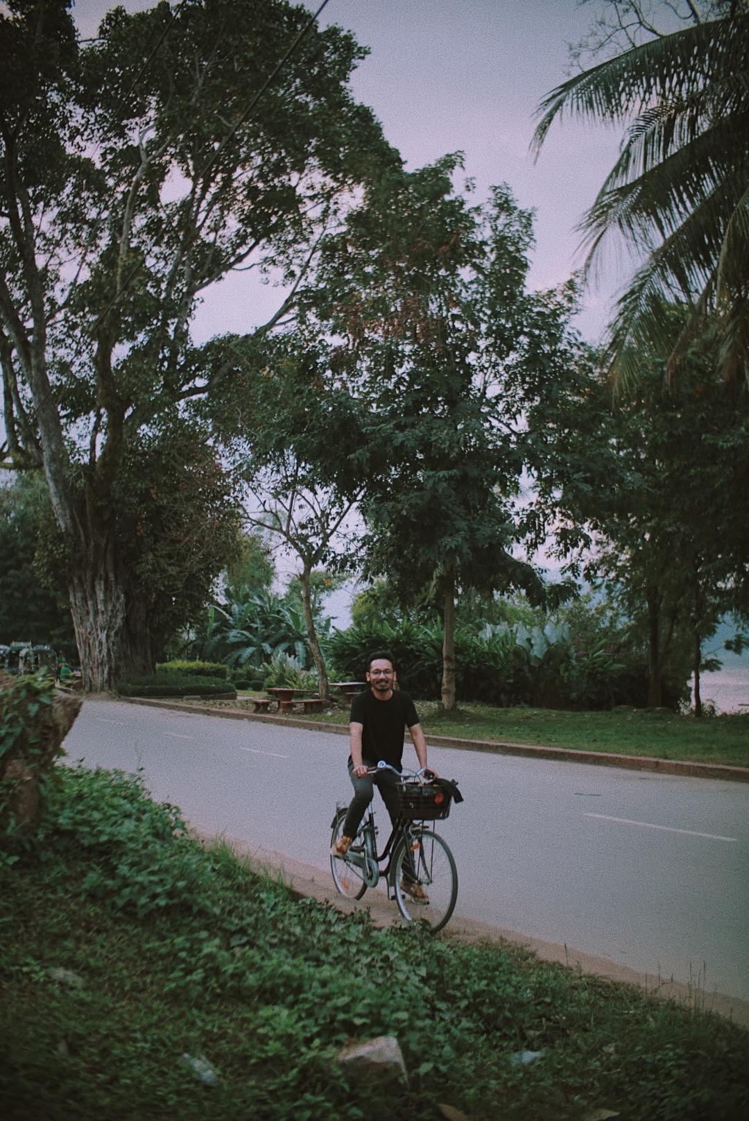 Pak Gege dan momen sore-sore sepedaan menyusuri pinggiran Sungai Mekong.