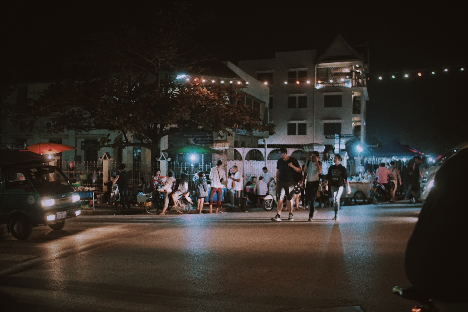 Kalau ini, jalanan menuju Night Market, tempat hunting kain dan souvenir lucu-lucu. Detailnya di next post ya!