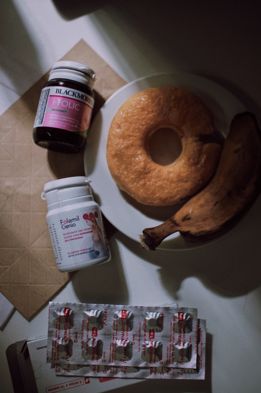 Santapan sehari-hari: donat yang cuma polosan aja, pisang rebus, dan vitamin dari dokter 😄