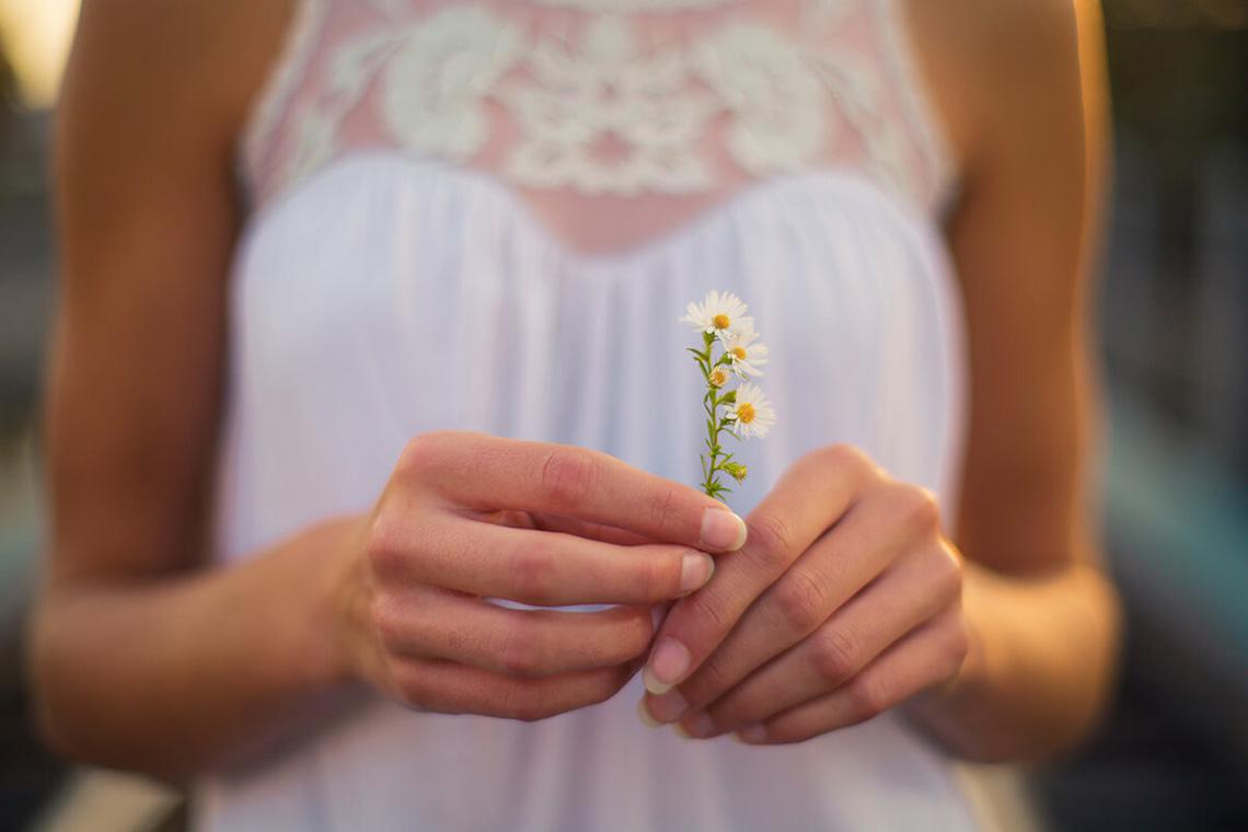 3-York-PA-Senior-Portraits-Ken-Bruggeman-Photography-Girl-Holding-Wild-Flowers.jpg