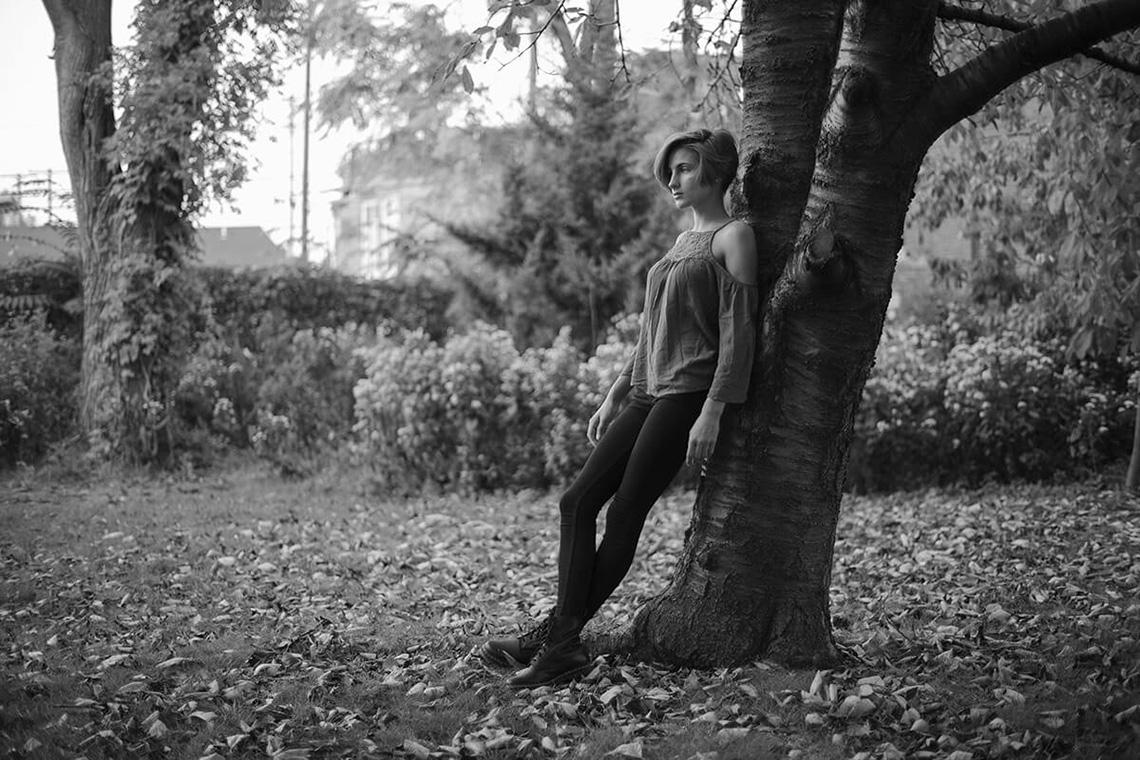 6-York-PA-Senior-Portraits-Ken-Bruggeman-Photography-Girl-Standing-Tree-Black-White.jpg