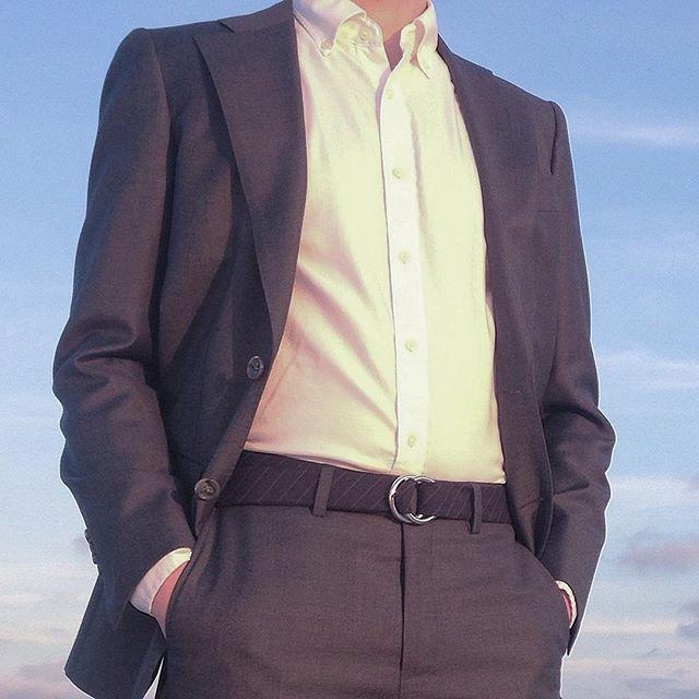 The new banker wears a belt 😉 not a tie