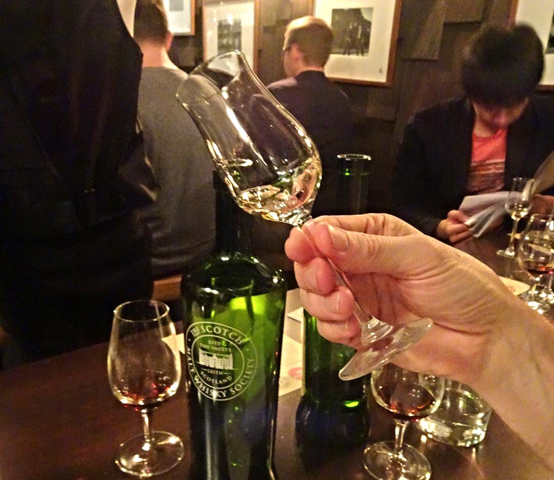 Bar White Oak drinking whisky