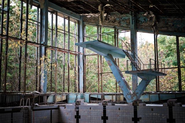 Het zwembad met de bekende duikplank