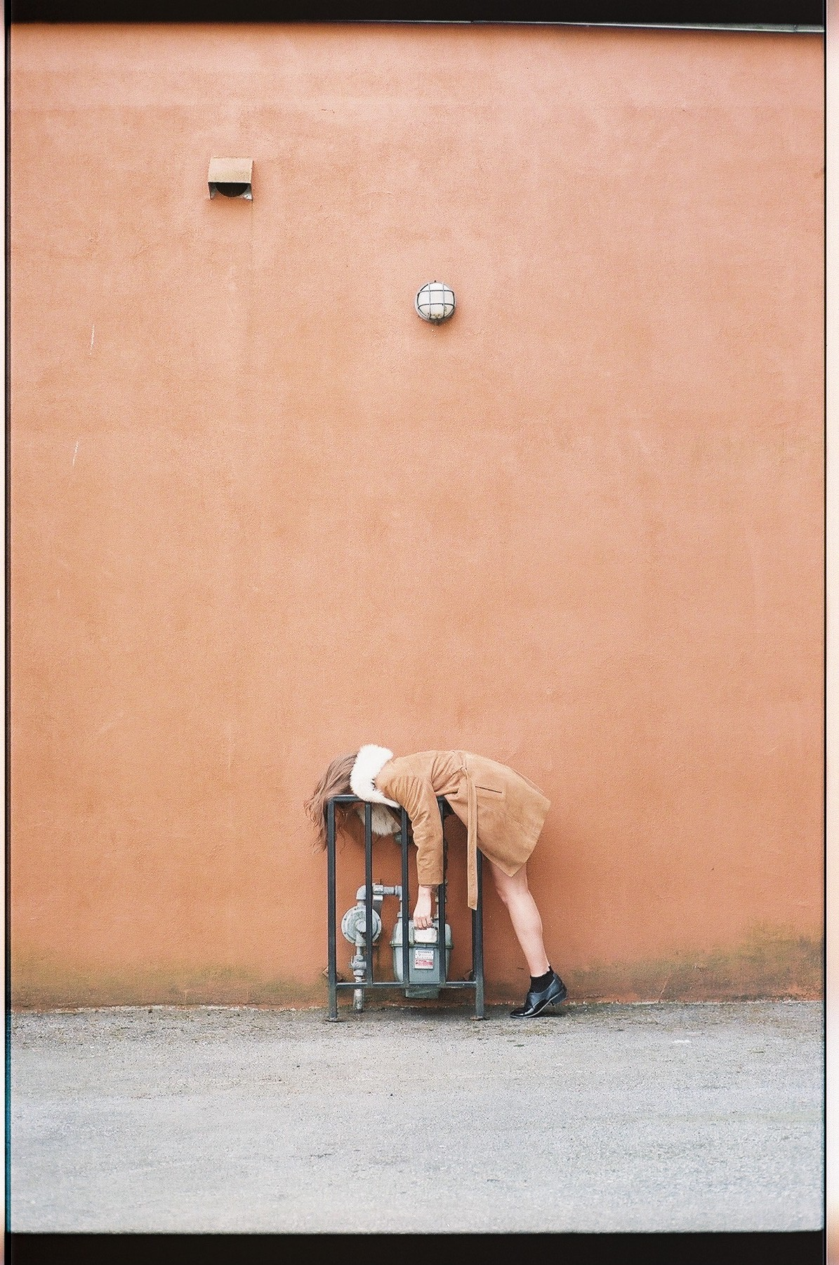 film. girl hanging