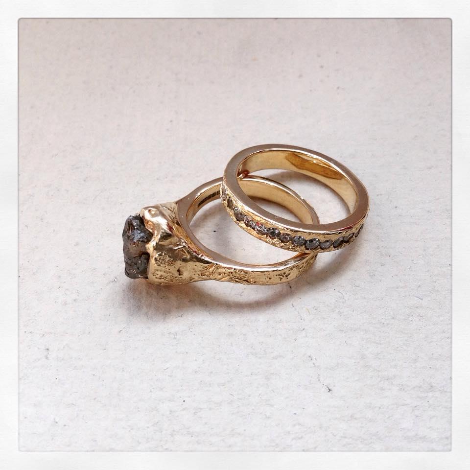 Rough diamond engagement ring & brilliant cut diamond wedding band set in 18 carat gold
