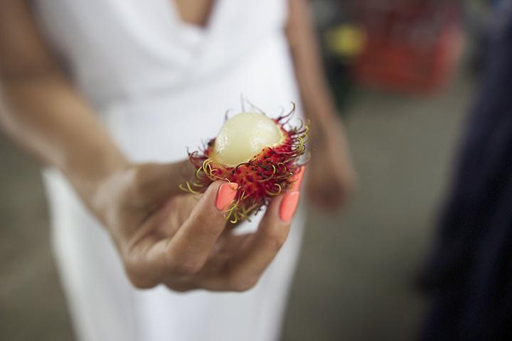 While visiting Puerto Viejo we came across this exotic fruit called Rambutan or hairy lychees.. It was sweet and chewy. =)  Durante nuestra visita a Puerto Viejo nos encontramos con esta fruta exótica llamada Rambutan o lichis peludos. Es dulce y suave. =)