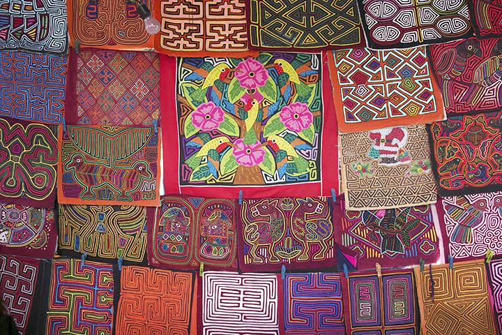 Kuna Indiansare known for theirvibrant and geometric textiles panels known as Molas. They are from Panama but are also sold in Puerto Viejo.  Los Indios Kuna son conocidos por sus servcervilletas vibrantes con textiles y geométricos conocidas como Molas. Son de Panamá, pero también se venden en Puerto Viejo.
