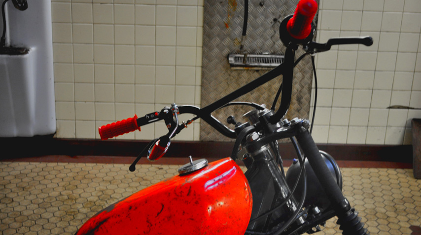 Red grips from 80's BMX were adapted to the handlebar. To match the speedometer, actually.