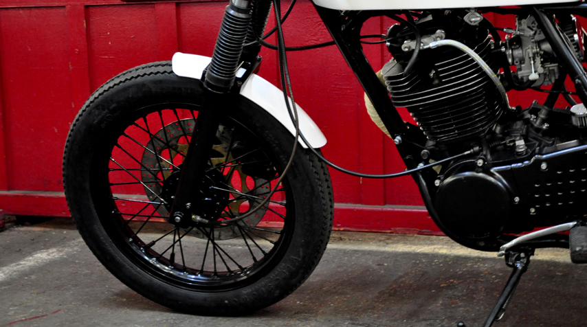 The fork has been re-conditionned and comes from a Yamaha TDR 230. Front wheel shiny black powder coated.
