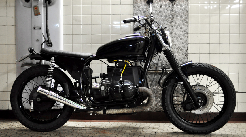 "- 100% rebuilt BMW R75/6 engine (piston, rings, top engine gaskets); - 100% ""plug & play"" rear loop (made in France) + bespoke seat - 100% bespoke battery side covers designed to match with the bespoke rear loop."