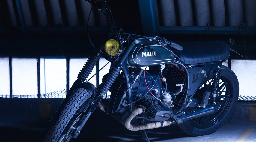 -Dunlop K81tyres (both front & rear); - bespoke seat to match the bespoke subframe; - vintageAmalhandlebar grips.
