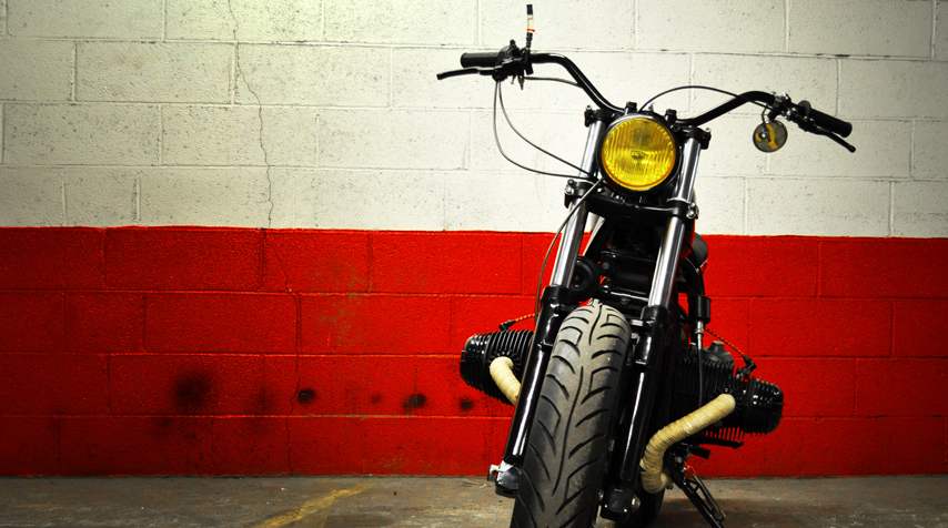 - vintageTriumphhandlebar; - reconditioned rally car headlight. With a genuine yellow light