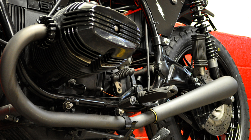 - cobalt grey ceramic painting of exhaust pipes + mufflers (heat resistant up to 1000°C); -Blitz Motorcyclesbattery covers.