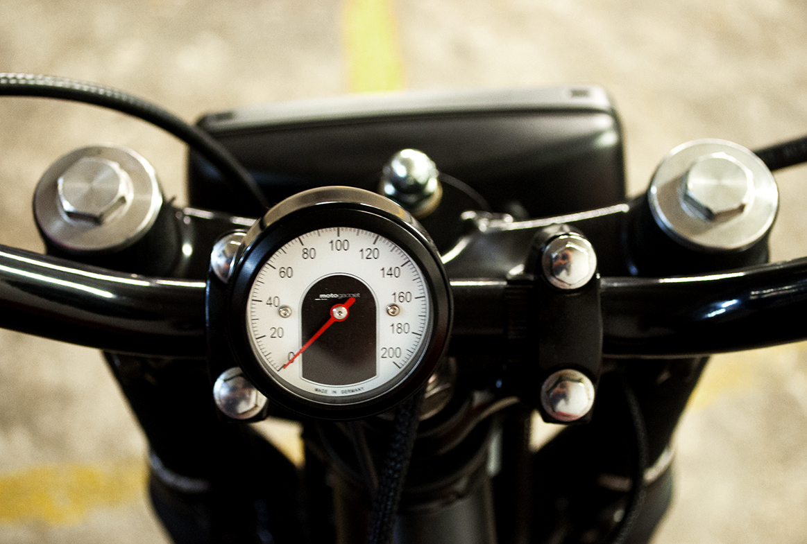 """Tiny"" Motogadget  speedometer adapted to the 100% rebuilt electric wiring."