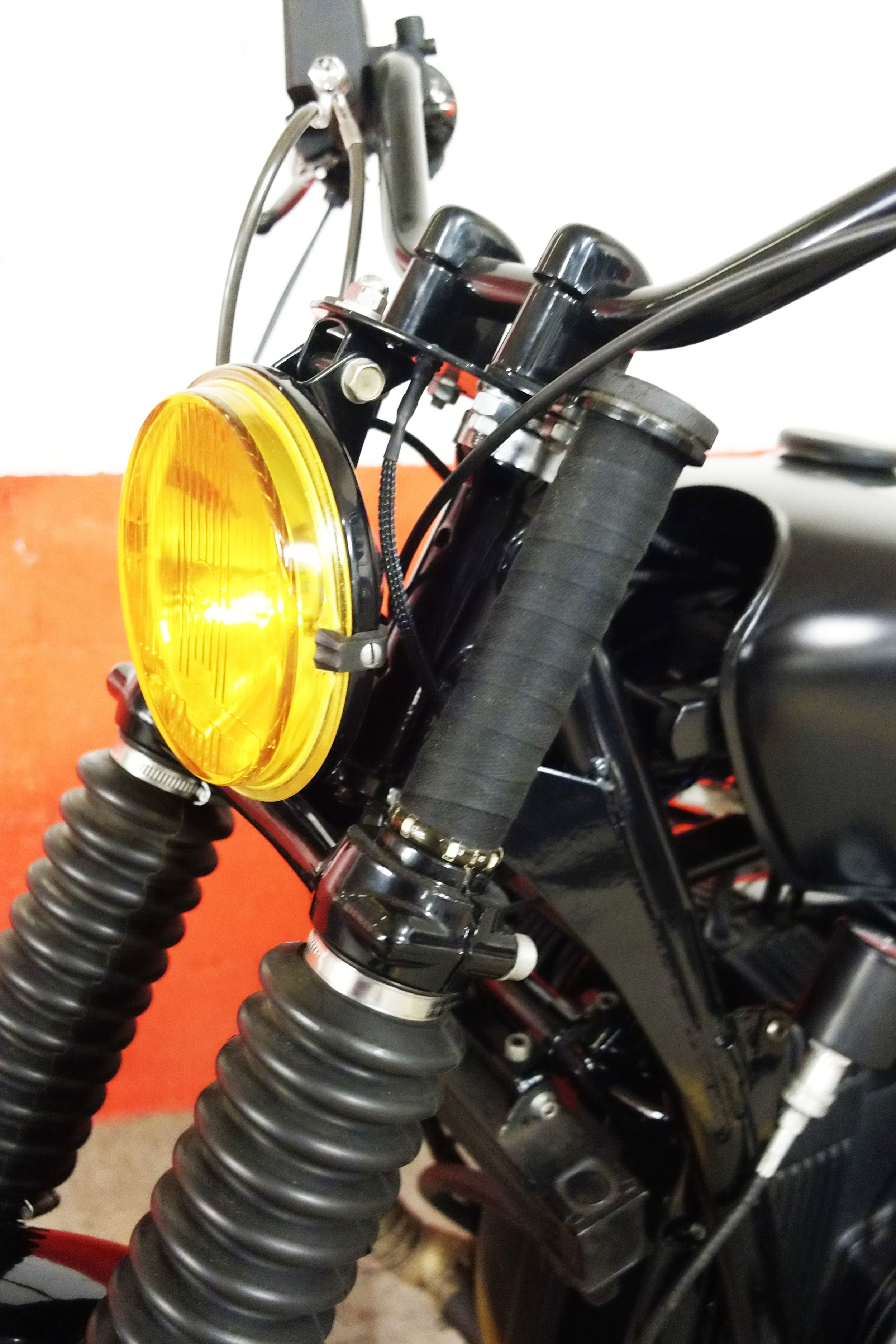 - shiny black powder coating of the frame + side stand + foot rests +fork legs + handlebar + triple tree + headlight;  - mini LED blinkers mounted around the fork tubes.
