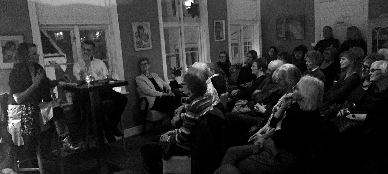 11. FEBRUAR 2016: Skuespiller Juni Dahr forteller om erfaringene med oppsetningen av Hedda Gabler i Teheran, under Fajr Internasjonale teaterfestival i januar i år. Det var fullt hus på Apotekergaarden i Grimstad.