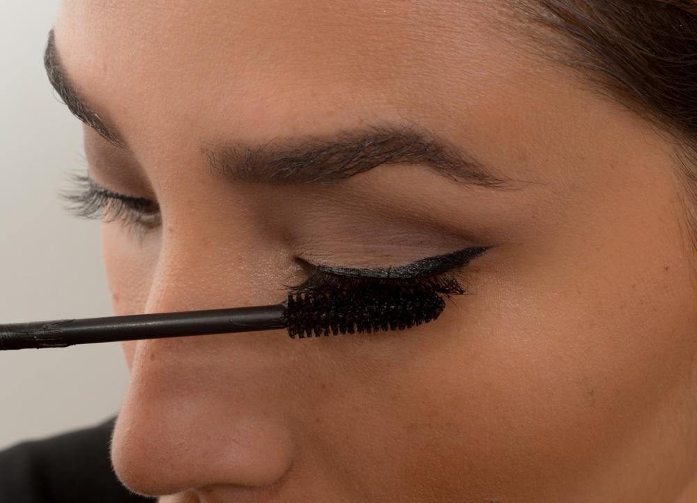 3.- Enchina tus pestañas y aplica una capa de rimel