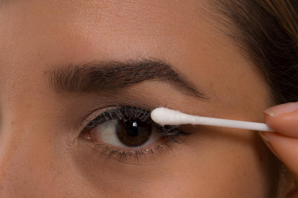 4.- Con un cotonete aplica el talco de bebe sobre tus pestañas, puedes ponerlo desde la raíz eso hará parecer que tienes más pestañas.