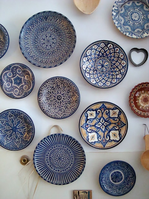 We can't get enough of hanging objects,especially plates! This isour favorite hues this season...NAVY!