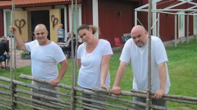 Göran Eliasson, Carolina Bengtsdotter och Fredrik Zetterström står utanför Konsertladan i Vattnäs. Foto: Stefan Ubbesen på Sveriges Radio