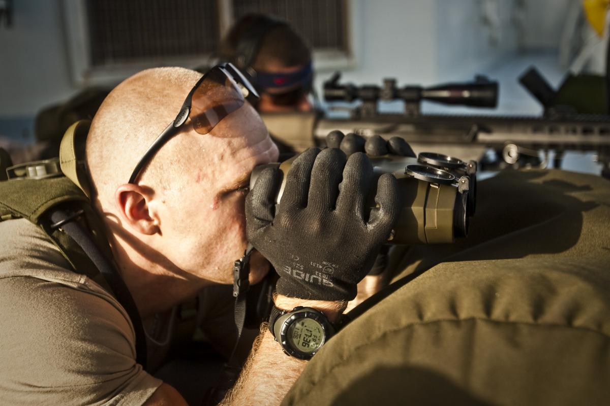 Observatören stödjer skytten så att skottet hittar målet