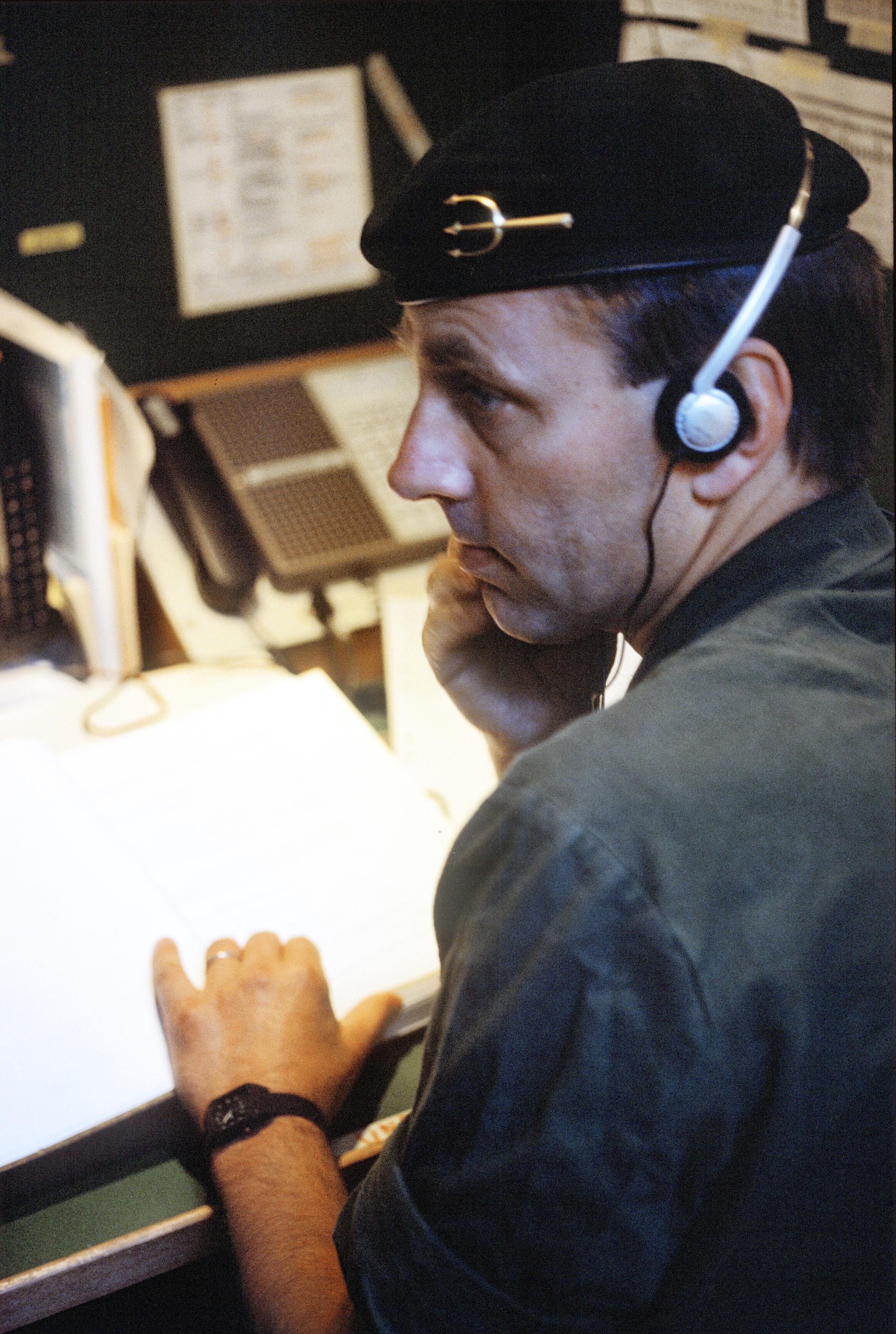 Bra beslut kräver bra underrättelser.Här Kustjägarledningsgruppens underrättelseofficer avlyssnande radiokommunikation mellan sovjetiska marininfanteriförband under övning 1986.