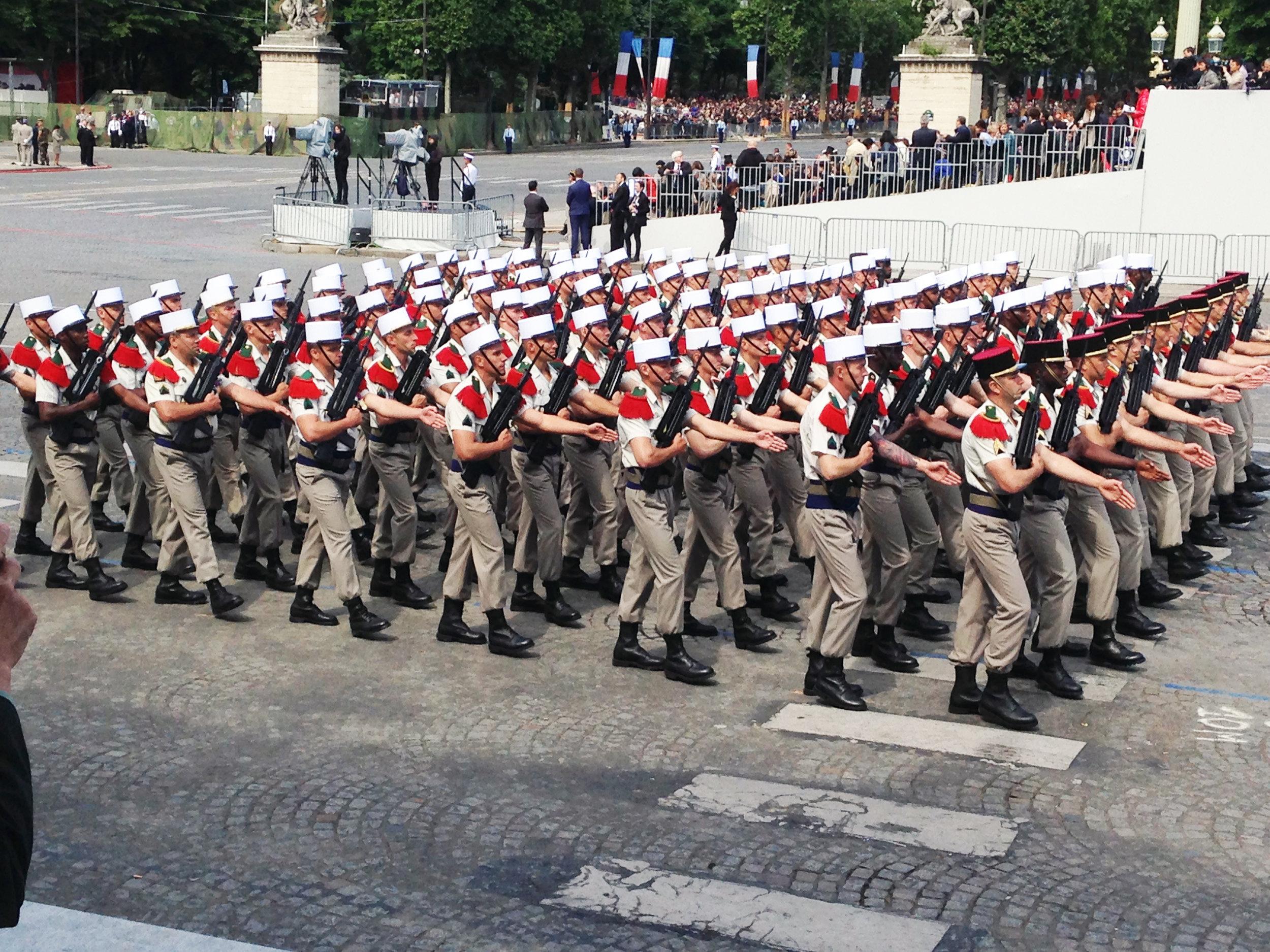 Nationaldagsparad i Paris 14 juli med förband ur Främlingslegionen.